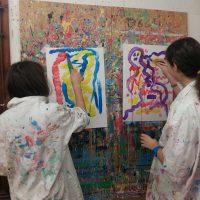Schülerinnen beim Malen