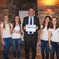 Die Schülerinnen mit dem Gründer der Aktion