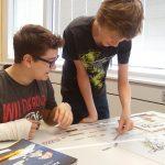 Nicolas und Julian formulieren Schlagzeilen