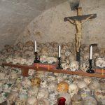 Bemalte Totenköpfe im Beinhaus von Hallstatt