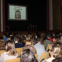 Schülerinnen und Schüler der Oberstufe hören gespannt zu