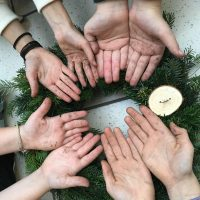 schmutzige Hände voller Harz zeigen den vollen Einsatz