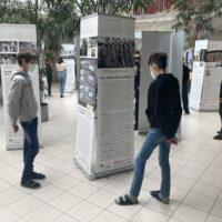 Schüler innen der 4E beim Besuch der Wanderausstellung